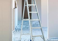 Escalera de tijera en aluminio meseta metálica